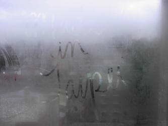 l'écrit dans la fenêtre d'un matin inconnu